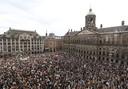 De Dam in Amsterdam stond vanmiddag en vanavond helemaal vol met demonstranten tegen politiegeweld in de VS en de EU.