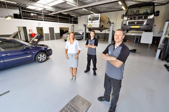 Frank de Wit (rechtsvoor) en zijn collega's van De Witte Garage.