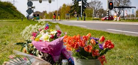 Vrienden van verongelukte scholiere (17) leggen bloemen op onheilsplek Deventer: 'Dit is heel moeilijk'