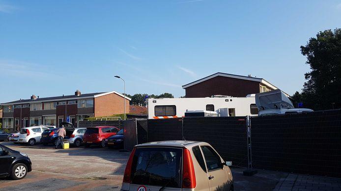 Zwarte schermen in Heerde, in de omgeving waar politie onderzoek doet.