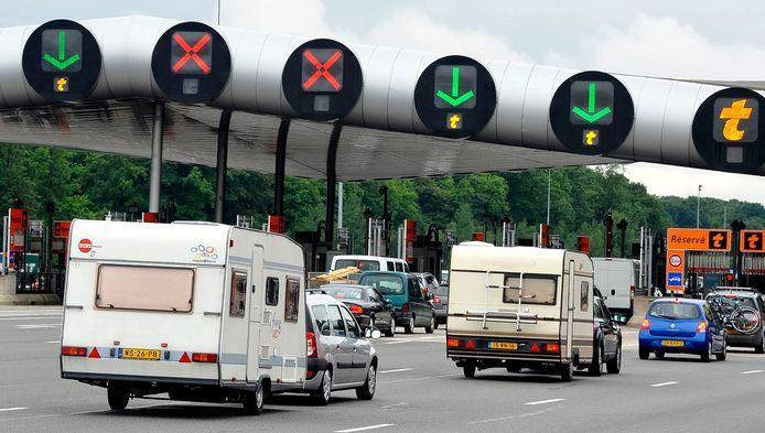Nederlandse toeristen schuiven aan bij een Frans péage-station.