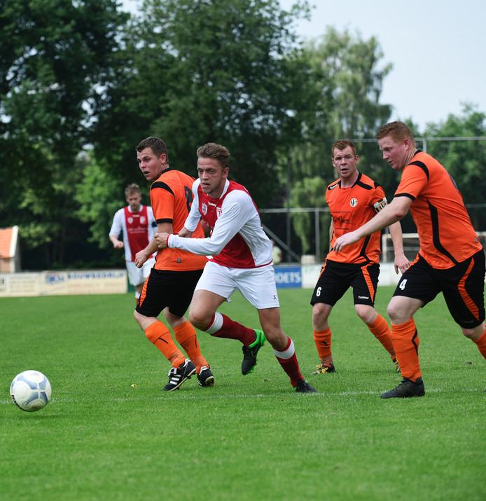 Roel Tibosch (BMC, in het rood-wit) ontsnapt aan de aandacht van de VCB-defensie.