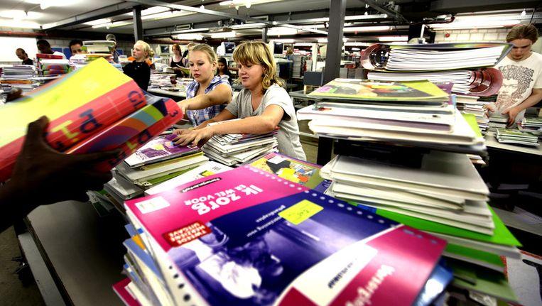 Vakantiekrachten aan de slag bij schoolboekendistributeur Van Dijk Educatie in Kampen. © ANP Beeld