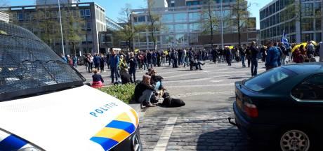 Corona-demonstratie in Arnhem rustig verlopen, gevreesd treffen voetbalfans blijft uit