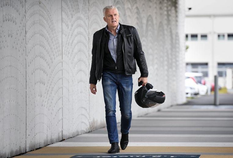 Peter R. de Vries in 2020 bij de extra beveiligde rechtszaal van het justitieel complex op Schiphol. Beeld Marcel van den Bergh / de Volkskrant