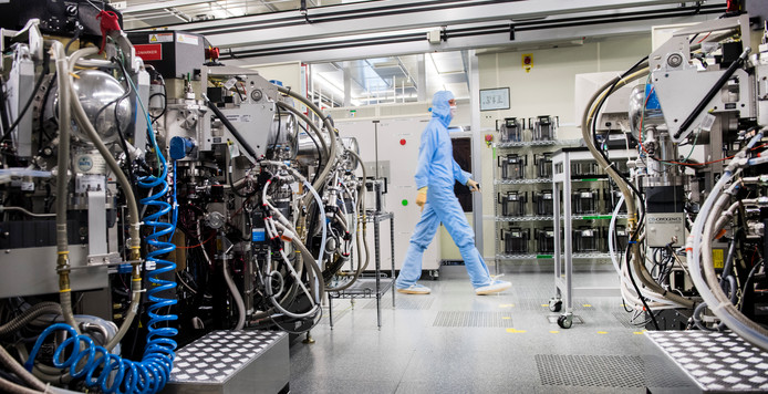Werknemer in de fabriek van NXP in Nijmegen.