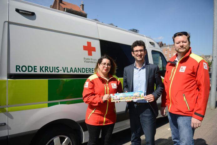 De eerste sticker van het Rode Kruis werd dit jaar gekocht door burgemeester Ridouani (sp.a).