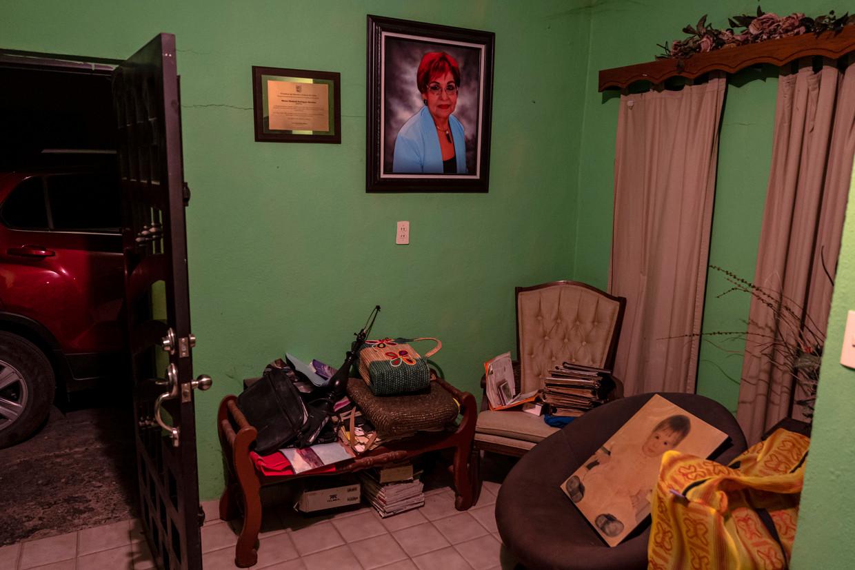 Een portret van Miriam Rodríguez in de woonkamer van het huis waar haar man nu alleen woont. Beeld DANIEL BEREHULAK/NYT/HH