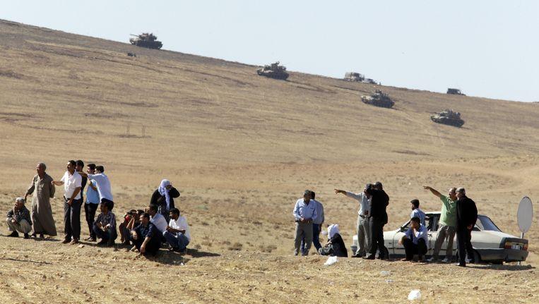 Turkse Koerden nemen de gevechten waar aan de andere kant van de grens, waar IS tegen Koerdische strijdkrachten om Kobani vecht. Beeld ap