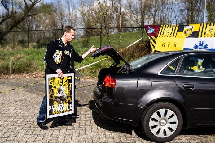 Jeroen ten Hoedt komt uit Barendrecht even naar Arnhem om zijn posters en vlag op te halen. Hij doneerde het hoogste bedrag van alle donateurs, 200 euro.