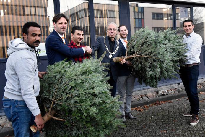 Ronde Tafel Woerden.Eerste Kerstboom Voor Woerdense Statushouders Woerden Ad Nl