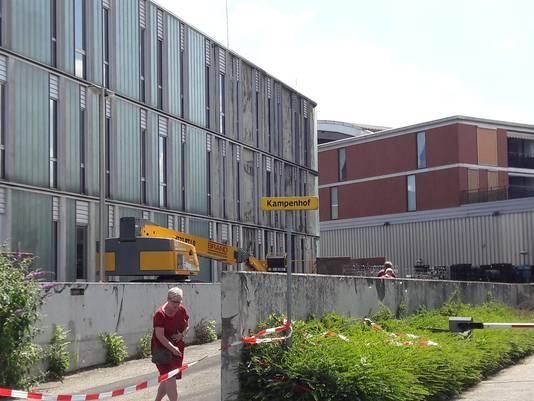 De schade na de vrachtwagenbrand in IJsselstein is goed te zien  aan het pand van het Fulcotheater en gemeentehuis.