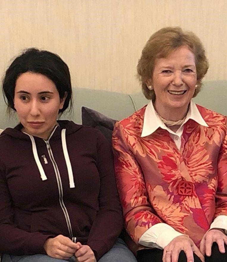 Prinses Latifa en Mary Robinson, oud-president van Ierland en voormalig Hoge Commissaris voor de Mensenrechten van de Verenigde Naties.  Beeld AP