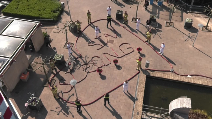 Brandweer bedankt zorgpersoneel in Arnhem: 'Stay strong'