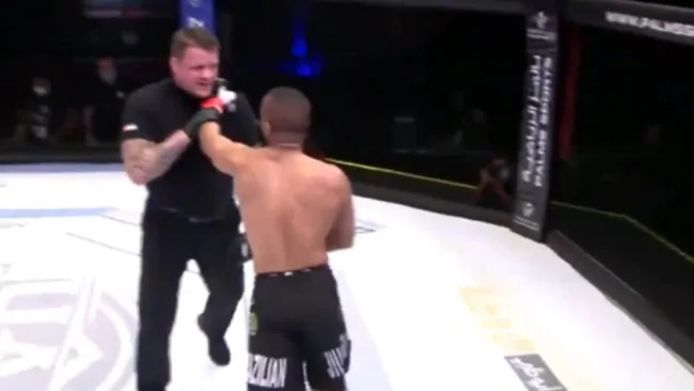 Altercation entre le combattant MMA Ahmad Al Darmaki et l'arbitre Marc Goddard.