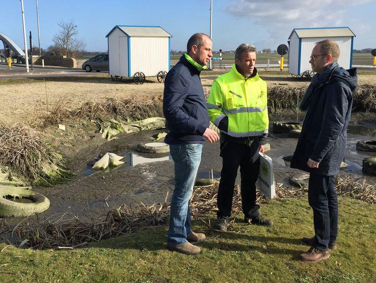 Schepen Janssens overlegt met zijn team over hoe de rotonde in Adinkerke aangepakt moet worden