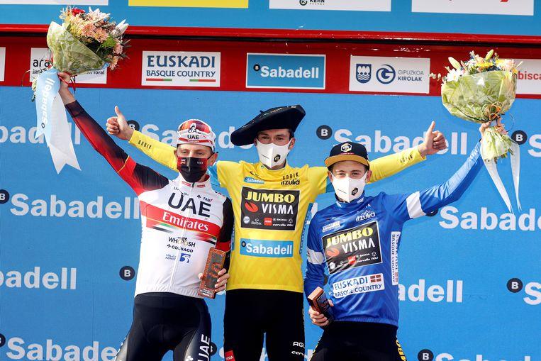 Het podium van de Ronde van het Baskenland: Primoz Roglic op één, Jonas Vingegaard (r.) op twee, Tadej Pogacar op drie. Beeld EPA