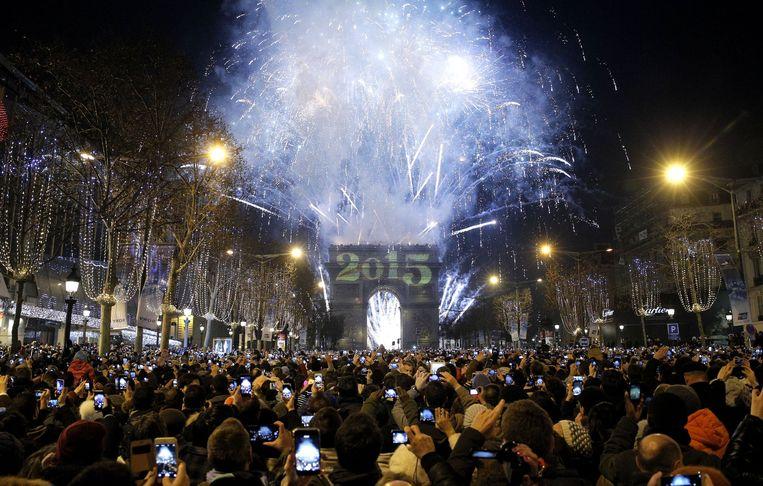 Het vuurwerk op de Champs-Elysées op 1 januari 2015. Beeld AP