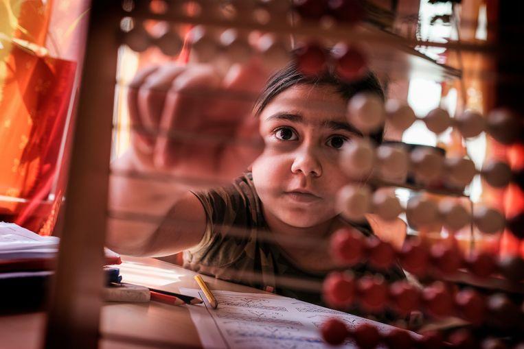 Een van de meisjes oefent met het telraam. Beeld DANIEL ROSENTHAL