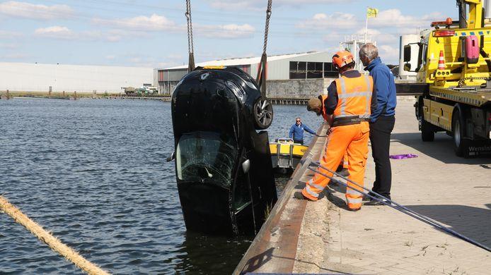 Een auto raakte maandagmiddag te water in Harderwijk