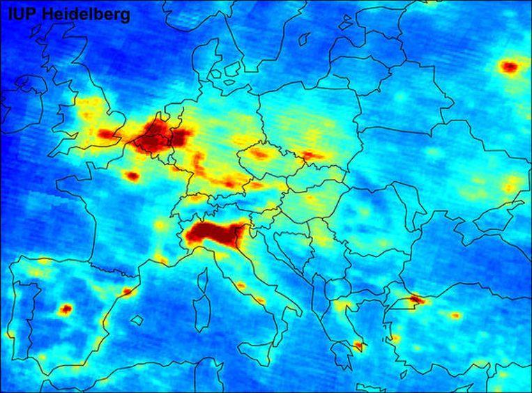 De luchtkwaliteitskaart die Christien van den Berg van haar dokter kreeg, met een rode plek boven Nederland. Beeld Universiteit van Heidelberg