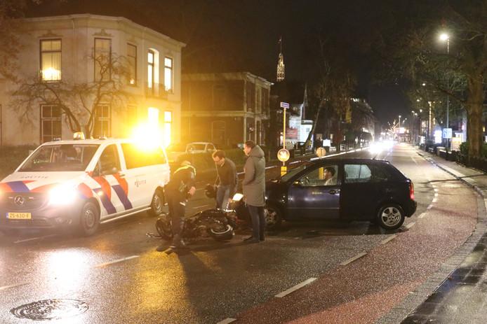 Aanrijding scooter en auto op de Deventerstraat in Apeldoorn.