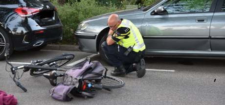 Fietser knalt tegen openslaande deur van een auto aan in Heteren en moet met spoed naar het ziekenhuis