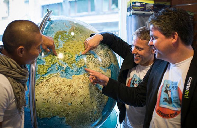 De drie Globetrotters voor het begin van hun wereldrecordpoging.