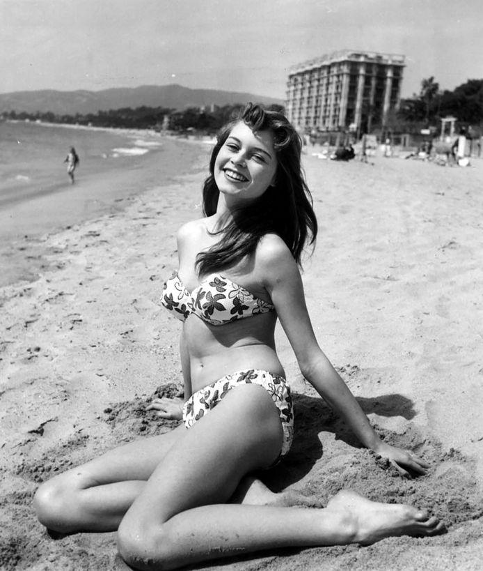 Brigitte Bardot op het strand tijdens het filmfestival van Cannes in 1953