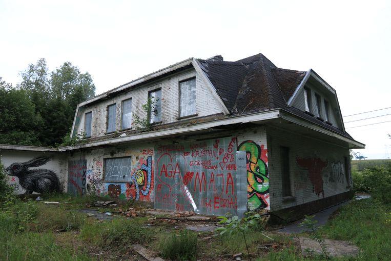 De deuren en ramen van de leegstaande woningen zijn al een tijdje hermetisch afgesloten met metalen platen.