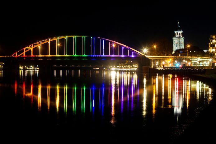 Op Valentijnsavond laat de trots van de stad, de Wilhelminabrug, zich in in alle kleuren van de regenboog zien.