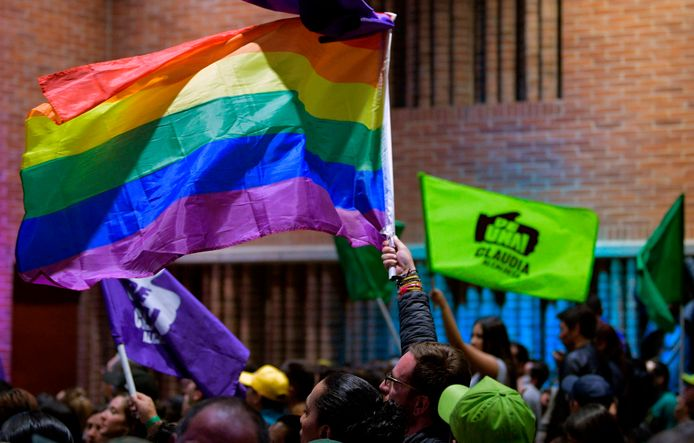 Aanhangers van Claudia Lopez zwaaien met de regenboogvlag.