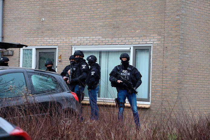 Het huis waar de inval werd gedaan, werd bewaakt door zwaarbewapende agenten.