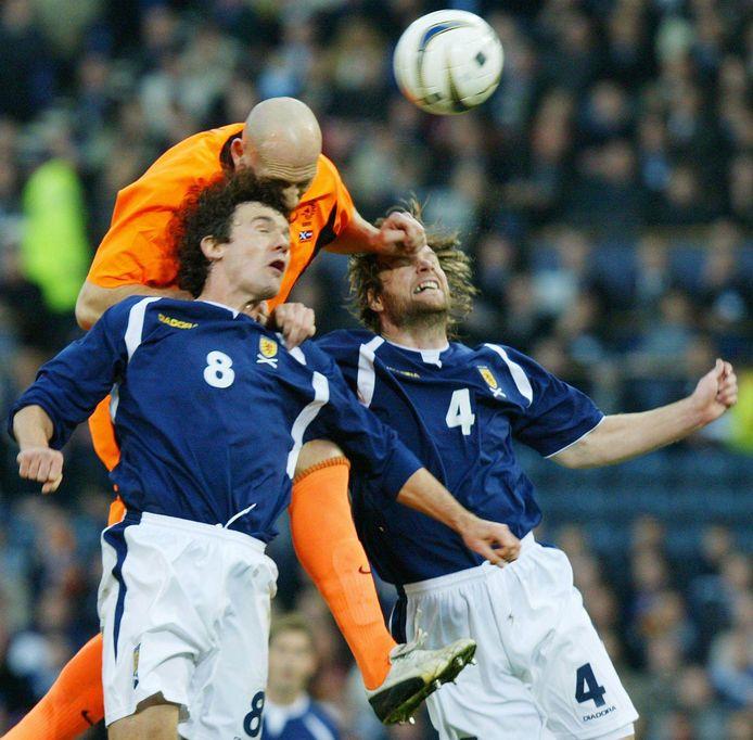 Stam torent boven Christian Dailly (L) en Steven Pressley van Schotland uit.