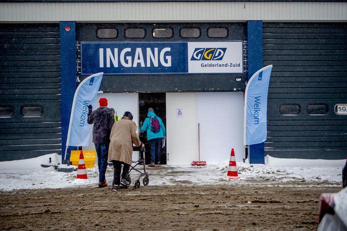 De vaccinatielocatie aan de Haveweg in Wijchen. Vanwege de sneeuwstorm is de ingang ook de uitgang, de gebruikelijke uitgang is dichtgesneeuwd.