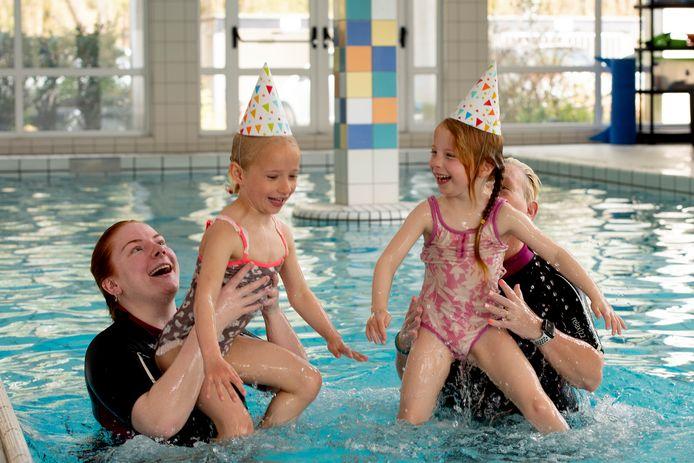 Feest voor Jildau (links) en Isolde de Boer. Niet omdat ze zondag 6 jaar zijn geworden, maar vanwege het behalen van hun zwemdiploma.