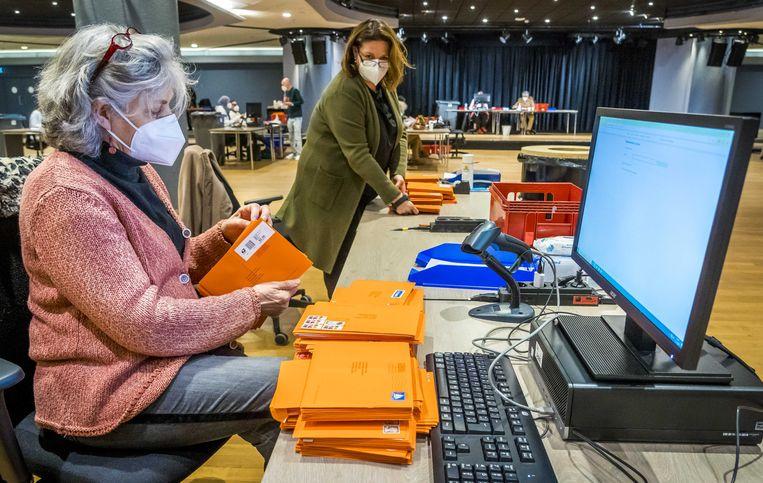 Briefstempassen worden voorbereid. Tot vrijdag kunnen 70-plussers hun poststem opsturen. Beeld ANP