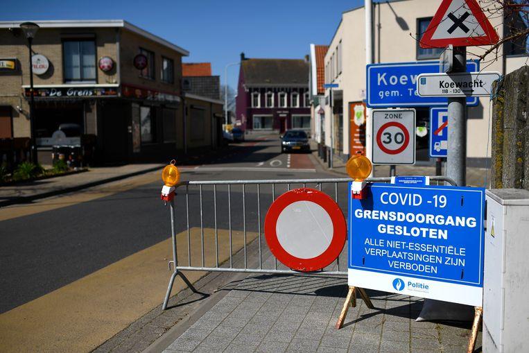 De gesloten grens tussen België en Nederland in Koewacht, tijdens de eerste lockdown. Beeld Photo News