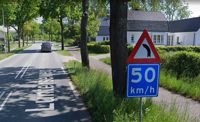 Het verkeersbord aan de noordzijde van de scherpe bocht van de Lunterseweg in Ede. Ten zuiden van deze bocht komt een zelfde bord.