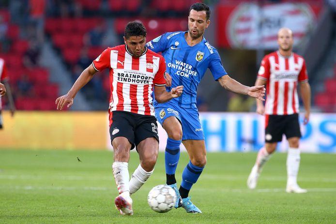 Thomas Bruns (blauw shirt) in duel met Maxi Romero van PSV Eindhoven.