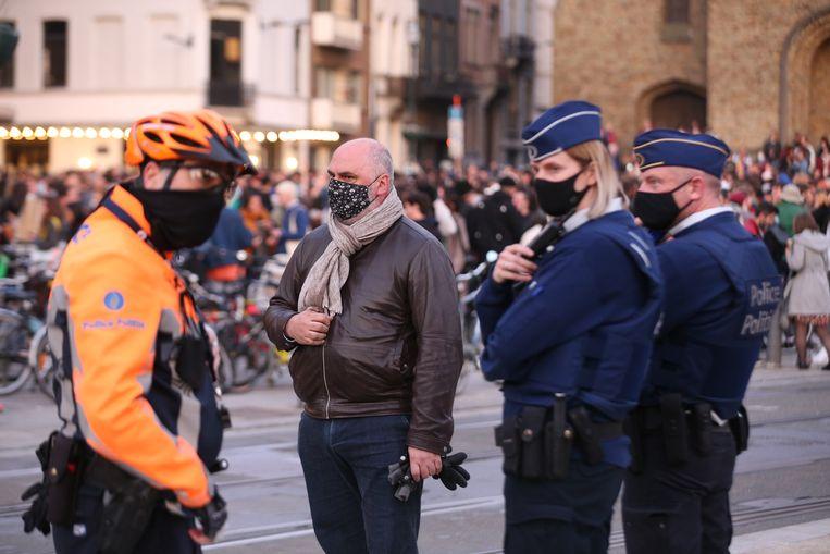 Burgemeester Christos Doulkeridis en een politiepatrouille op het Flageyplein. Beeld BELGA