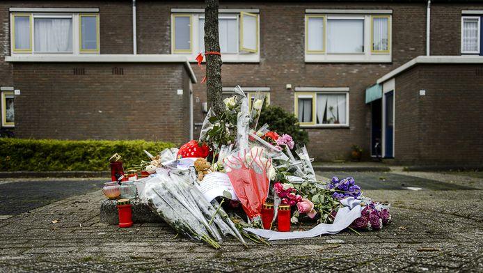 Bloemen in de wijk waar lichaampjes van twee dode baby's werden gevonden.