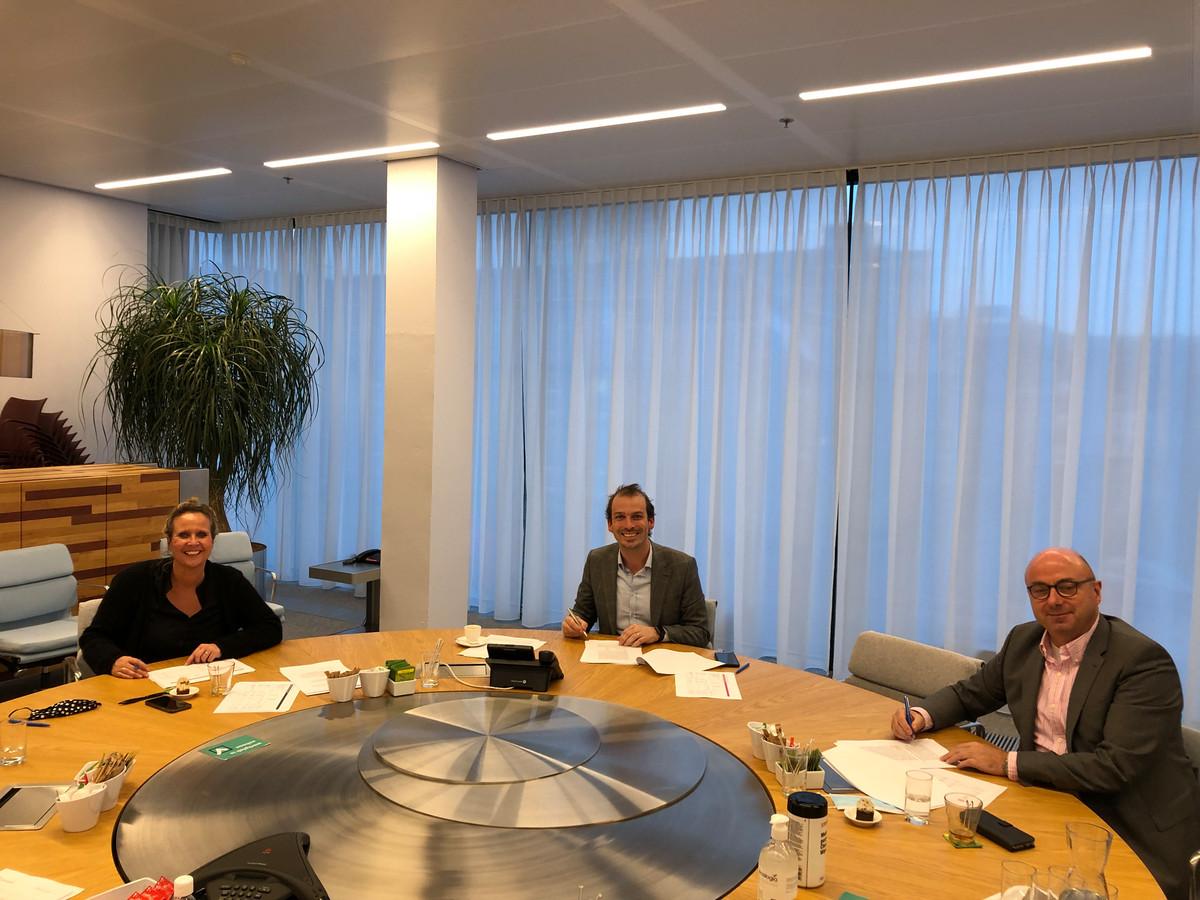 Angela Horsten (SALTO), Stijn Steenbakkers (gemeente Eindhoven) en Peter Tijs (SKPO) ondertekenen hun overeenkomst