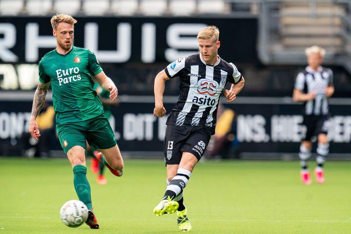 Mats Knoester (rechts) passt de bal voordat Feyenoorder Nicolai Jorgensen  erbij kan.