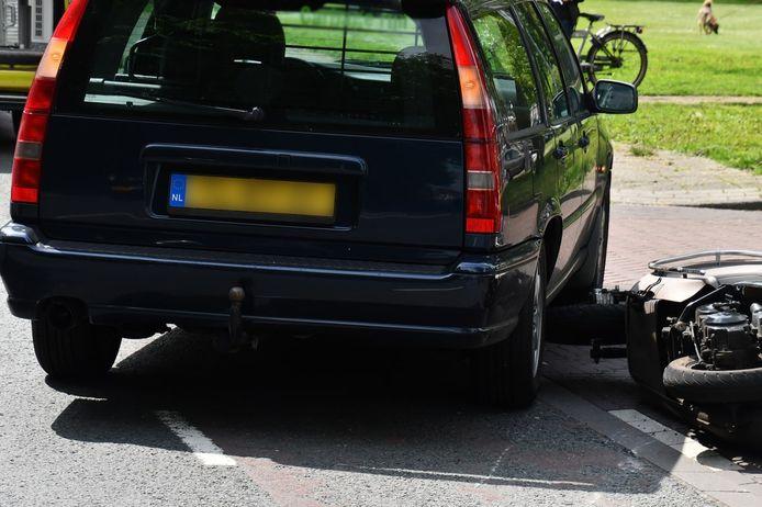 De scooter ligt op de grond. De bestuurder ervan is gewond.