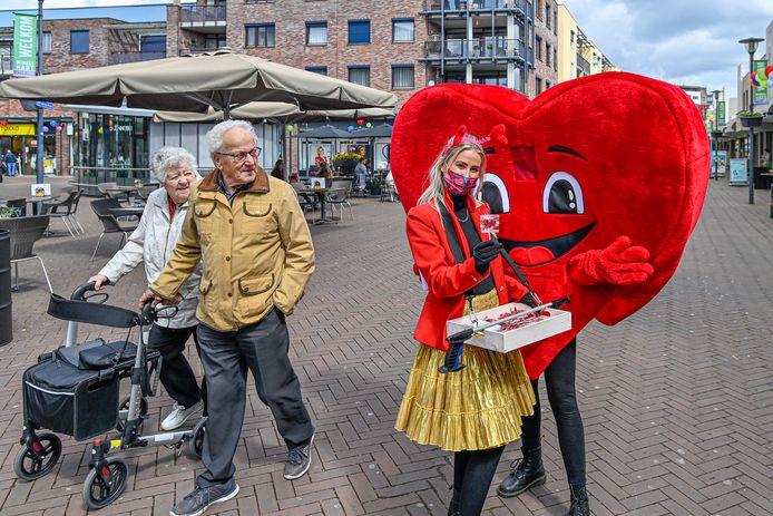 Met allerhande acties springt de detailhandel - zoals het uitdelen van lolly's in het centrum van Etten-leur - maar wat graag in op Moederdag.