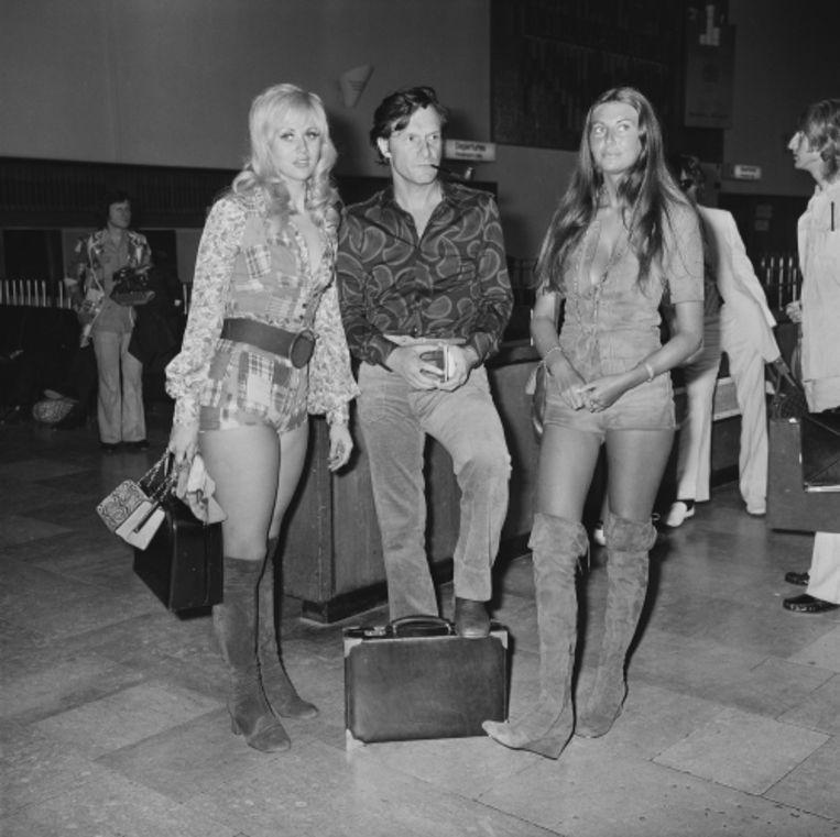 'Eén van mijn toenmalige vriendinnen, Marilyn Cole (rechts), was een tijdlang samen met Playboy-baas Hugh Hefner (midden)' Beeld