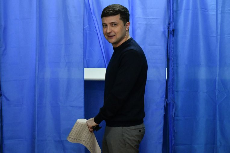 Volodymyr Zelensky brengt zijn stem uit bij de verkiezingen in Oekraïne. Beeld AFP