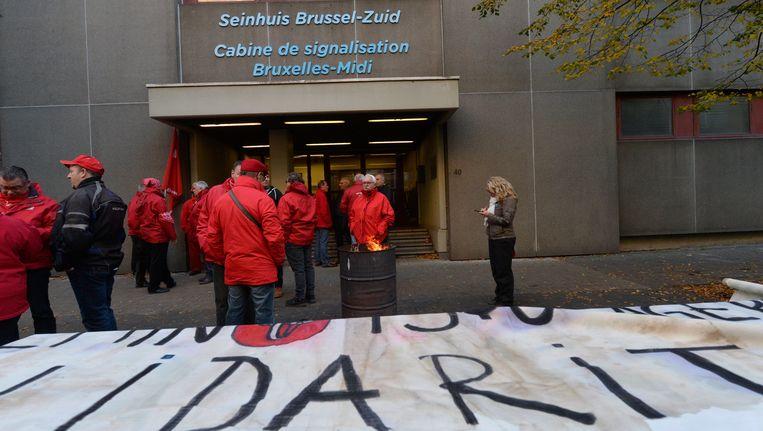 Stakers voor het seinhuis Brussel-Zuid. Beeld PHOTO_NEWS
