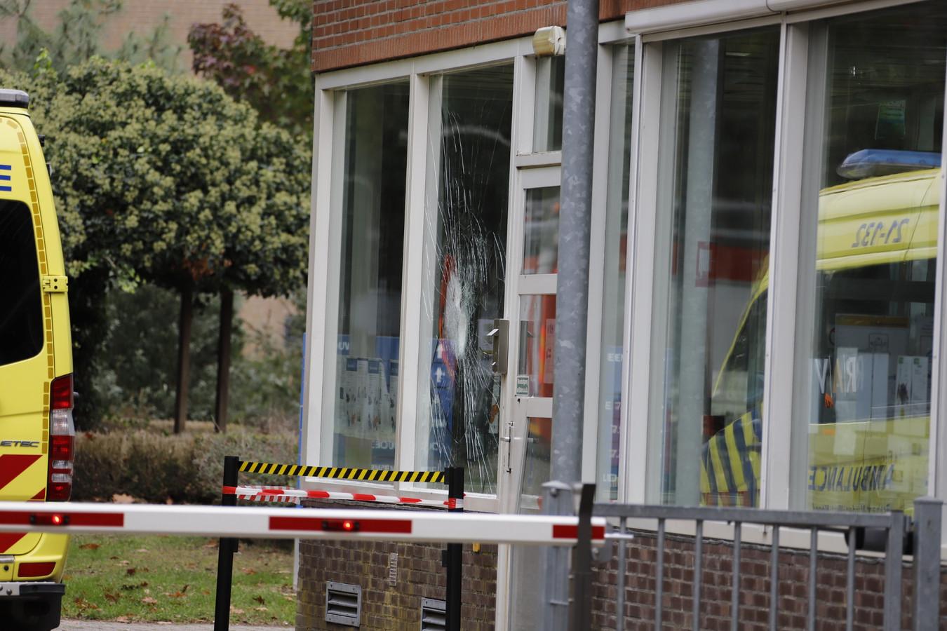 Een bewoner van het asielzoekerscentrum in Overloon heeft een ruit ingeslagen en is door de politie meegenomen.